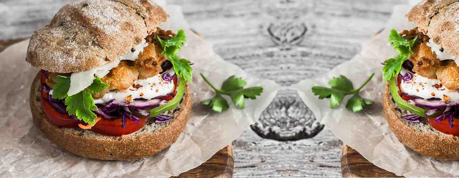 Sommerlicher Burger mit BBQ Chicken