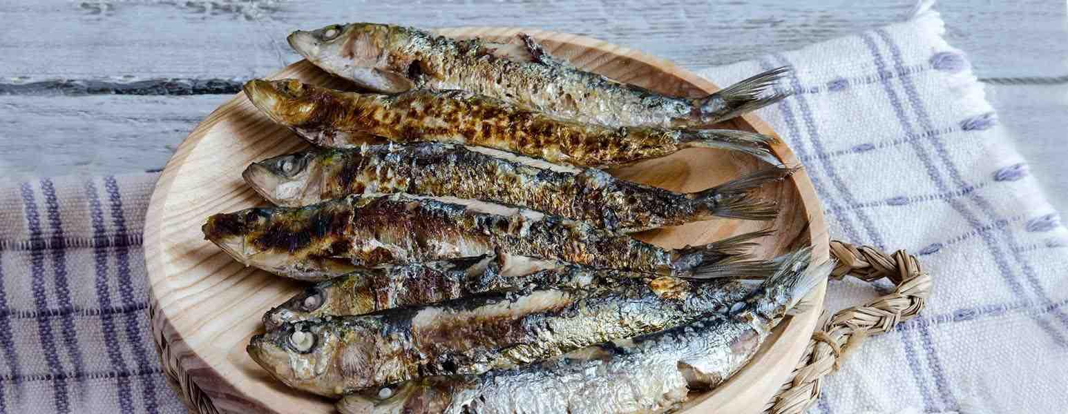 Gegrillte Sardinen, dazu Mediterranes Salz