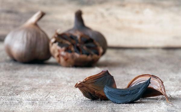 Foto schwarzer, fermentierter Knoblauch